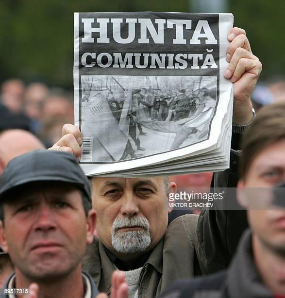 LAMBOSCHINI**Les communistes de Moldavie en mauvaise posture pour rester au pouvoir** File picture of a man holding a newspaper with a picture of...
