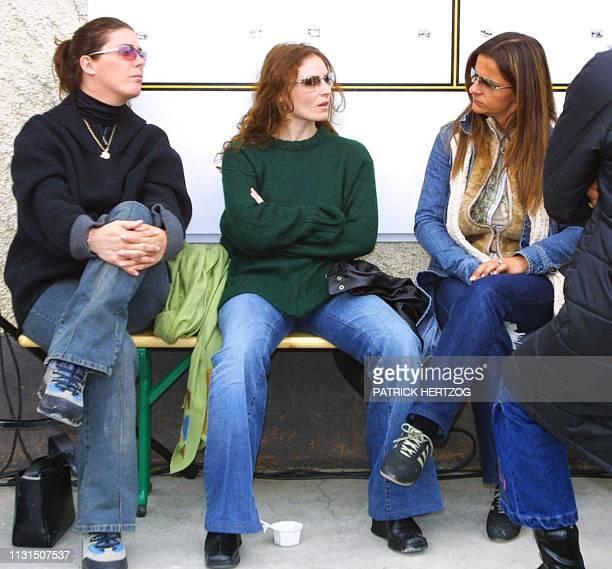 les compagnes des joueurs Virginie Ramé Elsa et Betty Leboeuf assistent le 09 mai 2002 à BourgStMaurice à une séance d'entraînement dans le cadre du...