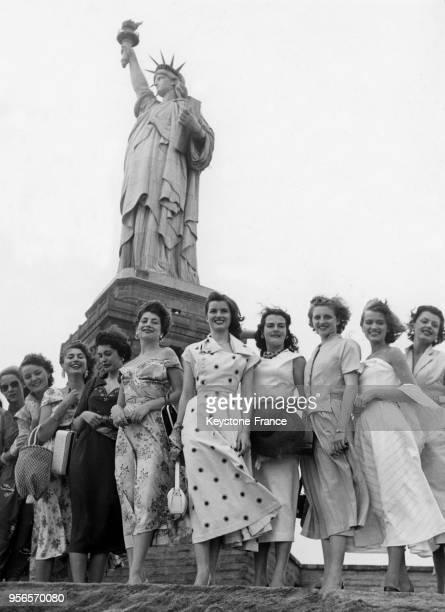 Les concurrentes à l'élection de Miss Univers 1953 dont la française Christiane Martel posent devant la statue de la Liberté à New York aux EtatsUnis...