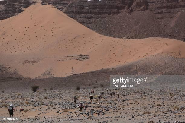 Les concurrents du 28e Sultan Marathon Des Sables traversent une zone difficile en courant le 7 avril 2013 au Maroc