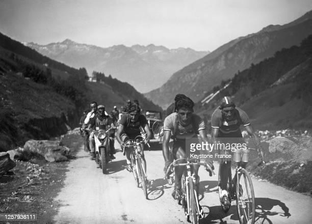 Les coueurs Gino Bartali Apo Lazaridès et André Brulé grimpant une côte pendant la 8ème étape du Tour de France le 8 juillet 1948 France