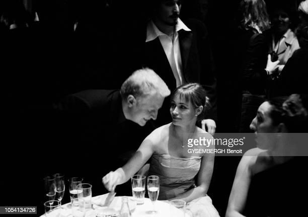 Les coulisses de la 24ème nuit des César 1999 André DUSSOLIER se penchant pour parler à Emmanuelle BEART assise à côté de Rossy DE PALMA Vincent...
