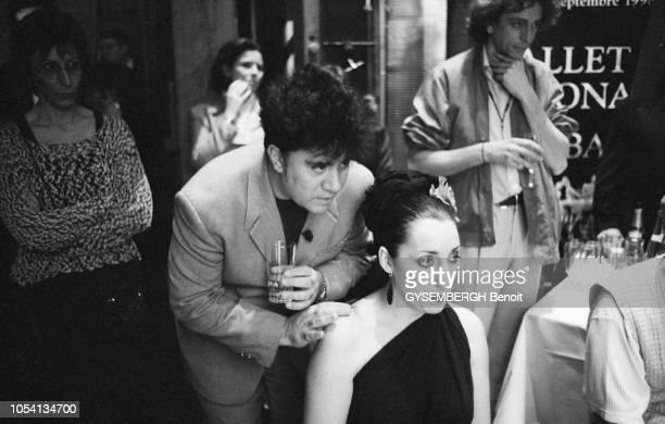 Les coulisses de la 24ème nuit des César 1999 Pedro ALMODOVAR debout derrière Rossy DE PALMA se penchant vers elle pour lui parler
