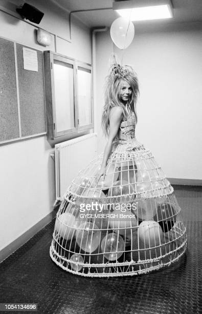 Les coulisses de la 24ème nuit des César 1999 Victoria ABRIL dans une robe en forme de cage à oiseaux remplie de ballons
