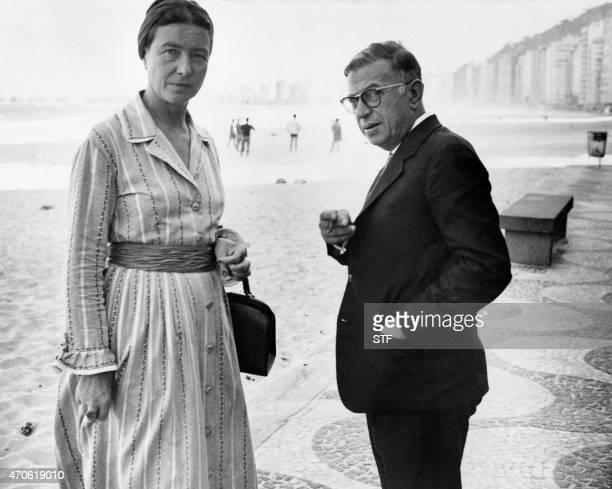 Les écrivains et philosophes français Simone de Beauvoir et JeanPaul Sartre se promènent sur la plage de Copacabana à Rio le 21 septembre 1960 A file...