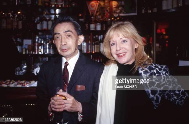 Les écrivains français François Cheng et Blandine de Caunes à Paris en novembre 1998 France