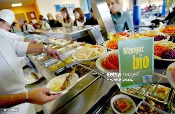 GOUT Les cuisiniers du restaurant scolaire du lycée Le Verrier à SaintLô proposent aux élèves le 15 octobre 2007 des plats fruits et légumes bio à...