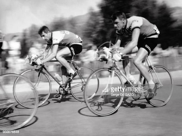 Les cyclistes Anatole Novak et Tom Simpson pendant le Tour de France 1962