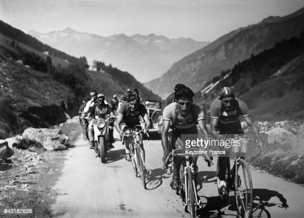 Les cyclistes Gino Bartali Apo Lazarides et André Brûlé sur une étape en montagne du Tour de France en juillet 1948 en France