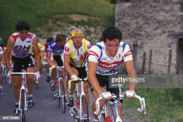 Les cyclistes Stephen Roche et Laurent Fignon pendant une course.