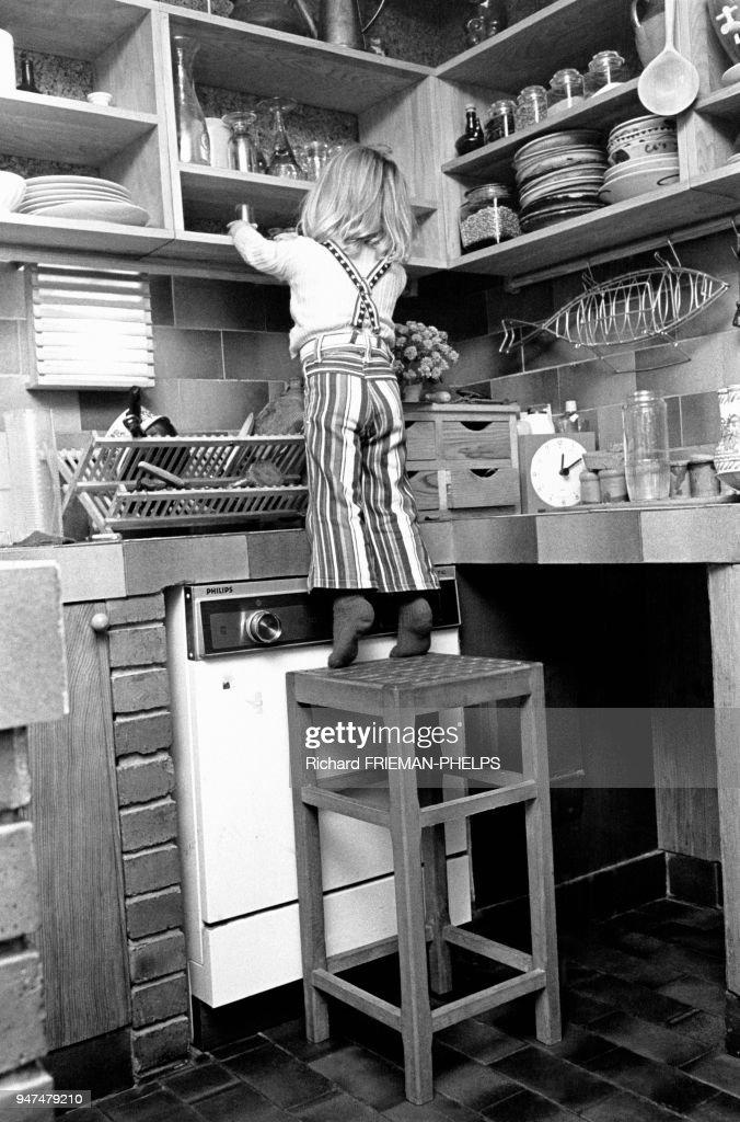 Les Dangers De La Maison, Enfant En équilibre Sur Un Tabouret Attrapant De  La Vaisselle