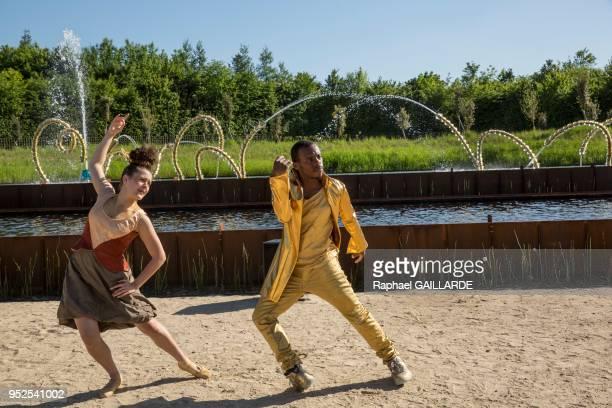 Les danseurs du LA Dance Project accompagnés du performeur Lil Buck interprètent O'de une pièce chorégraphique créée pour l'occasion par Julia...