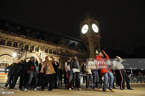 Les danseuses du réalisateur indien Shaad Ali répetent le spectacle intulé Shaad ali and the bollywood bawaal le 03 octobre 2008 devant la gare de...