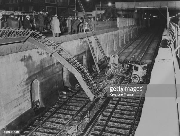 Les débris de la voiture après l'incendie tombée sur la voie de chemin de fer à New York City EtatsUnis le 13 avril 1935