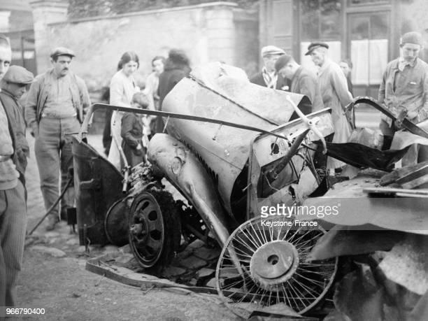 Les débris du camion rempli d'essence qui est entré en collision avec le tramway à vapeur à Longjumeau, France le 25 octobre 1932.