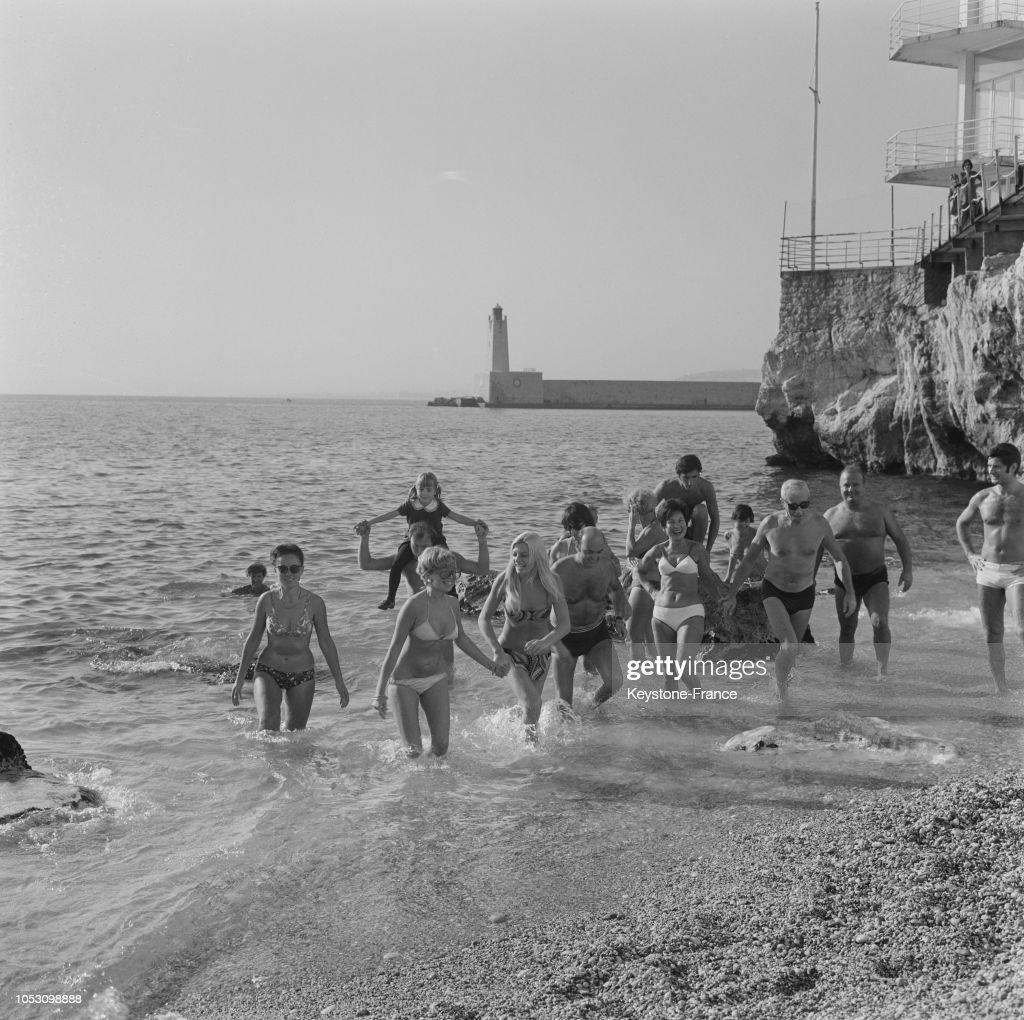 ce456f8137d Les derniers nageurs sur la plage de Nice