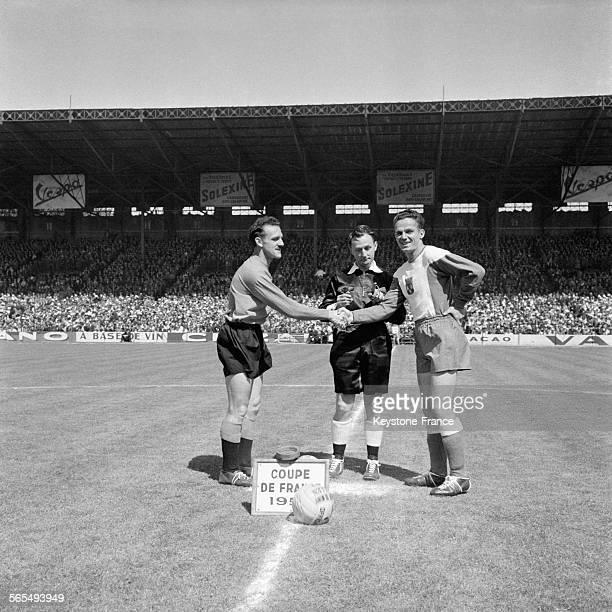 Les deux capitaines de Toulouse en Angers se serrent la main avant le début du match au stade de Colombes France le 25 mai 1957