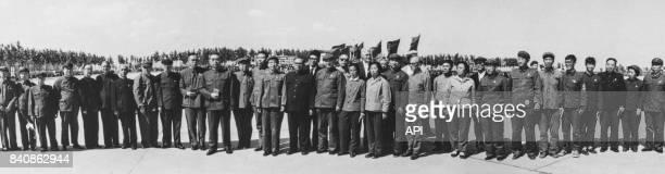 Les deux diplomates expulsés d'Indonésie posent avec Zhou Enlai Kang Sheng Chen Boda et d'autres dirigeants du Parti communiste chinois lors de leur...