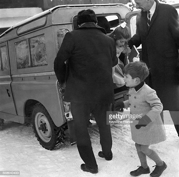 Les deux enfants de Jacqueline Kennedy Caroline et John en vacances à Gstaad Suisse le 16 janvier 1966