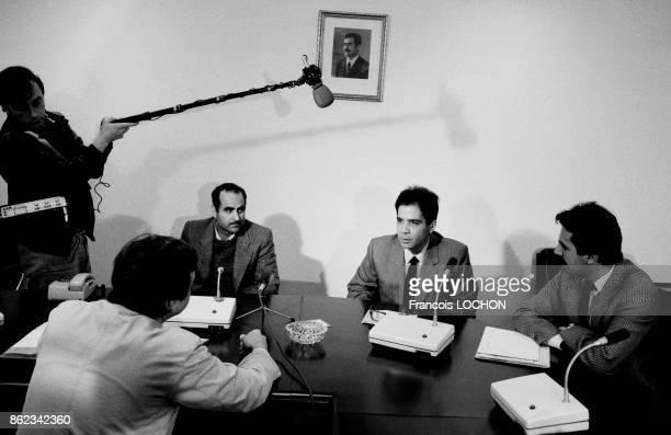 Les deux irakiens Hamza Fawzi et Hassan Kheireddine expulsés de France rencontrent des envoyés spéciaux français à Bagdad le 15 mars 1986 Irak
