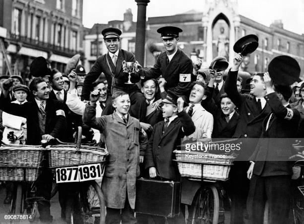 Les deux jeunes lauréats de la course du meilleur livreur sont acclamés par la foule le 7 octobre 1931 à Maidstone RoyaumeUni