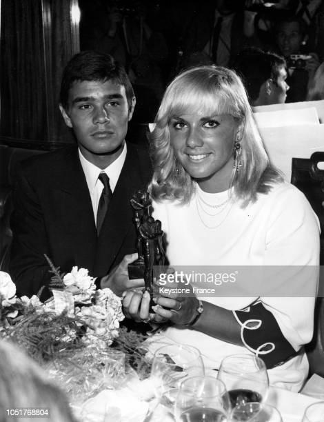 Les deux nageurs français Alain Mosconi et Christine Caron après avoir reçus le prix 'Le Printemps de Suède' le 6 juillet 1967 à Paris France