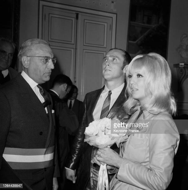 Les deux nouveaux époux Mylène Demongeot et Marc Simenon lors de la cérémonie devant Monsieur le Maire à SaintCloud France le 16 septembre 1968