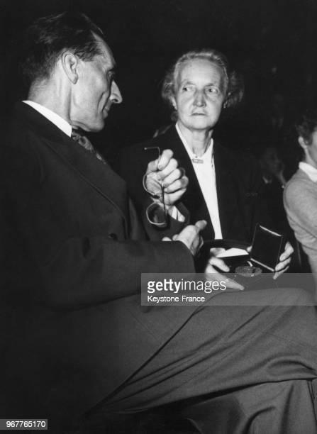 Les deux physiciens français Irène et son époux Frédéric JoliotCurie assistent à une conférence en Sorbonne lors du vingtième anniversaire de la...