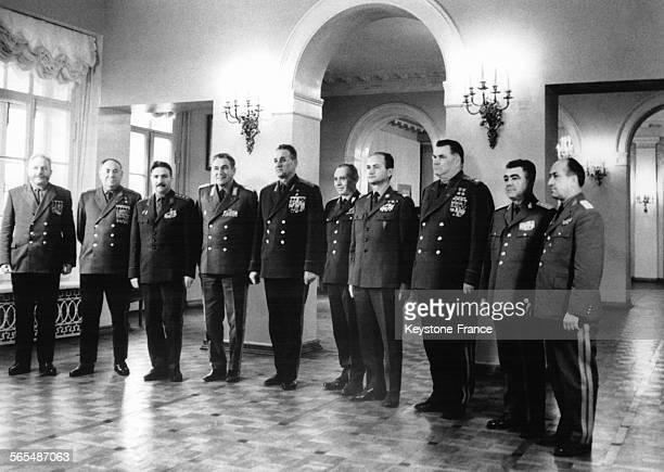 Les délégués à l'issue de la conférence avec de gauche à droite le général Chtemenco le maréchal Zakharov le général Djourov le général Hoffman le...