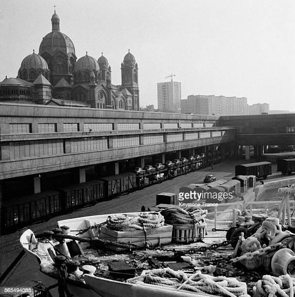 Les docks en arrièreplan la cathédrale de la Major à Marseille France en 1956