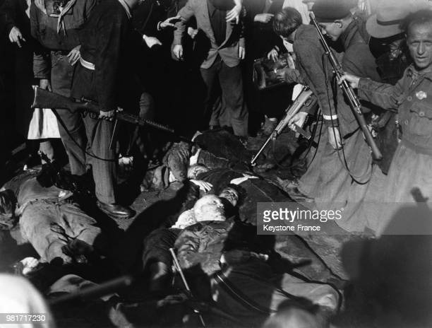 Les dépouilles de Benito Mussolini de sa maîtresse Clara Petacci et de seize autres personnes sont exposées à Milan en Italie en avril 1945