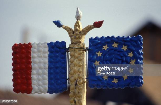 Les drapeaux francais et europeen de Robert Vasseur dans sa maison en vaisselle cassee le 12 septembre 1992 a Louviers France
