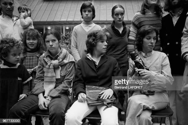 Les enfants de Charlie Chaplin à Paris le 27 mars 1977 France La nurse avec Kathleen dans ses brasdebout Christopher et Janeassis Carmen Dolores...