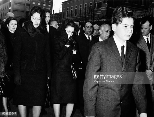 Les enfants de l'exroi Farouk le prince Fouad ses soeurs les princesses Farial Fawzeya Fadila et la princesse Farida suivent le cercueil durant la...