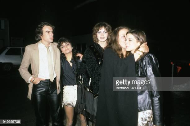 Les enfants d'Elizabeth Taylor de gauche à droite Michael Wilding Jr avec sa demisoeur Liza Todd et sa fille adoptive Maria Burton au centre en 1979...