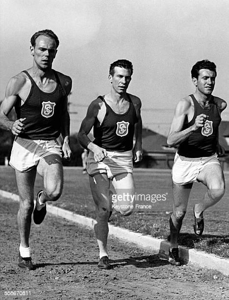 Les espoirs de l'équipe Trojan pour battre Stanford sont les coureurs Howard Upton Leroy Weed et Louis Zamperini à Los Angeles Californie aux...