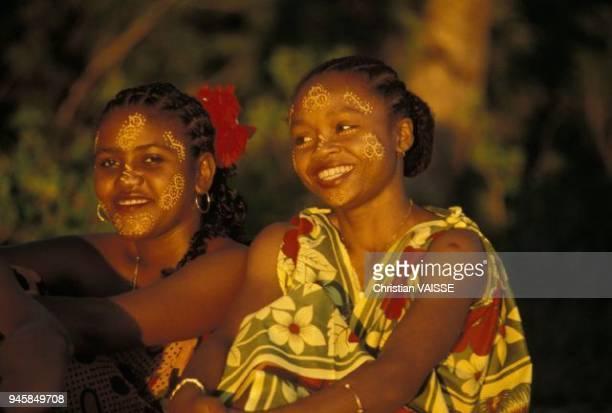les femmes sakalaves de nosybe ont coutume de se mettre un masque de beaute sur le visage