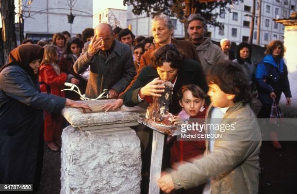 Les fideles viennent communier et se recueillir devant un buste du Christ pendant la fete de Paques en 1991 en Albanie
