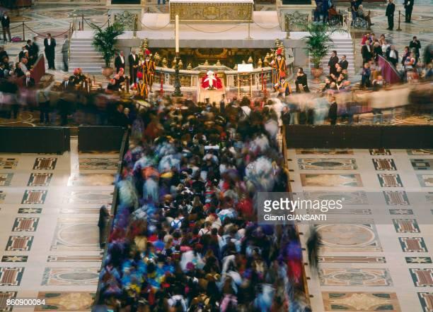 Les fidèles se recueillent sur le cercueil du Pape JeanPaul II dans la Basilique SaintPierre de Rome le 5 avril 2005 Italie