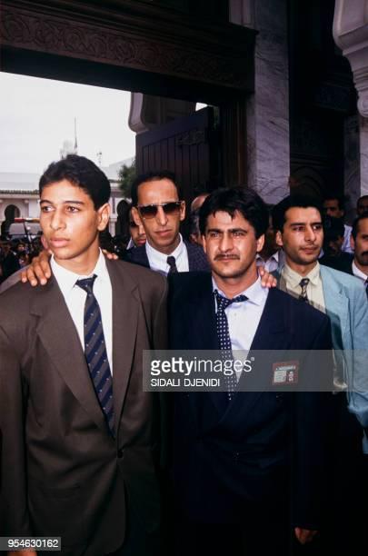 Les fils du président algérien Mohamed Boudiaf arrivent aux obsèques de leur père assassiné le 1er juillet 1992 à Alger Algérie