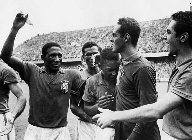 Les footballeurs brésiliens Djalma Santos, Pelé et Gilmar pleurent de joie après leur victoire contre la Suède lors de la finale de la coupe du monde...