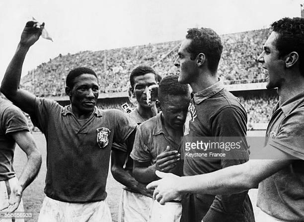 Les footballeurs brésiliens Djalma Santos Pelé et Gilmar pleurent de joie après leur victoire contre la Suède lors de la finale de la coupe du monde...
