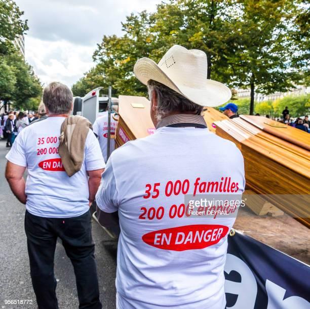 Les forains ont défilé en tête des organisations syndicales pour protester contre le décret autorisant les appels d'offres dans leur profession le 12...