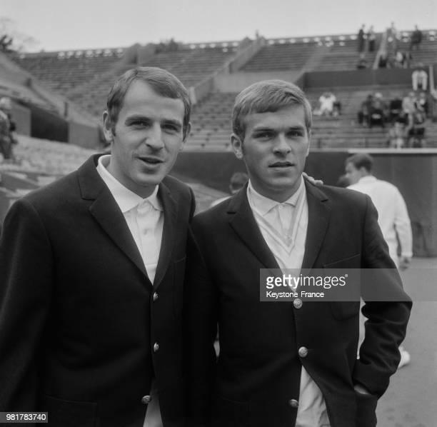 Les français Daniel Contet et Patrice Beust lors de la Coupe Davis France Norvège au stade RolandGarros à Paris en France en mai 1967