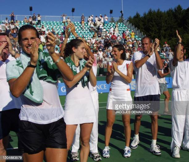 les Françaises Amélie Mauresmo Nathalie Dechy Virginie Razzano et leur capitaine Guy Forget saluent les spectateurs après le dernier match de la...