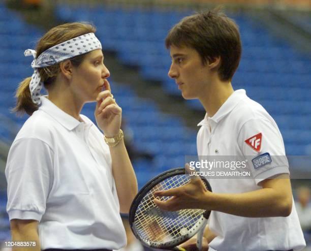 les Françaises Nathalie Tauziat et Julie HalardDecugis établissent leur stratégie avant de servir sur les Belges Els Callens et Laurence Courtois le...