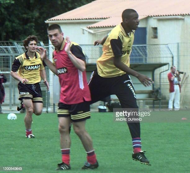 les Francais Patrick Vieira Pierre Laigle et Bixente Lizarazu s'échauffent le 05 juin au stade de La Mosson à Montpellier lors d'une séance...