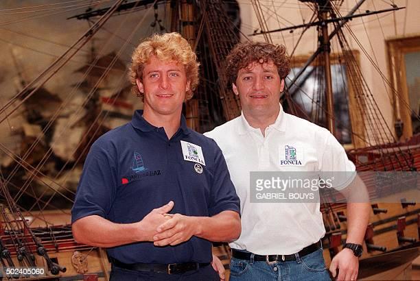 les frères Laurent et Yvan Bourgnon sourient le 27 avril 1999 au musée de la Marine à Paris avant leur conférence de presse au cours de laquelle ils...