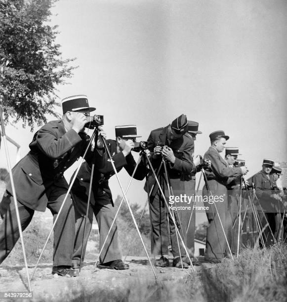 Les gendarmes manient différents appareils photo lors d'un cours pour apprendre à faire des constats photographiques irréfutables en France le 13...