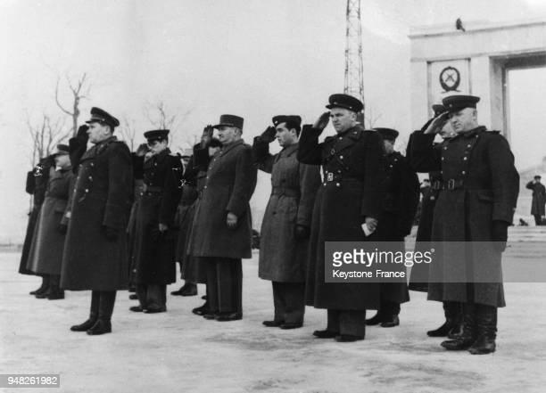 Les génréaux des Forces alliées saluent lors du passage du défilé, à Berlin, Allemagne en 1946.